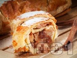 Лесен коледен ябълков щрудел от многолистно бутер тесто със стафиди, орехи, галета, ябълки и канела - снимка на рецептата